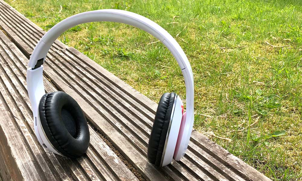 STN-16 Bluetooth Headphones Standing